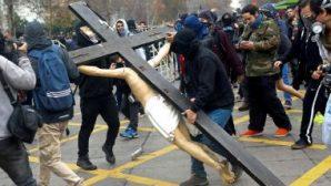 Şili'de yakılan kilise sayısı artmaya başladı