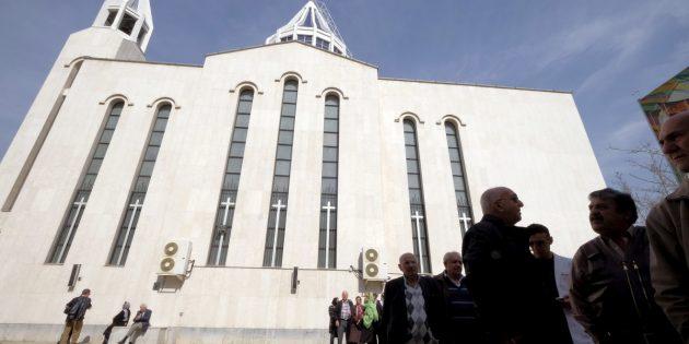Üç Hristiyan Toplum Önünde Kamçılandı