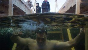 Suların Kutsanmasıyla Buz Gibi Suya Girdiler