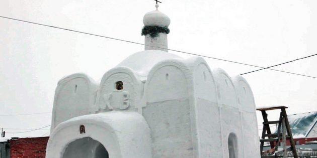 Evinin Ön Bahçesine Kardan Kilise Yaptı