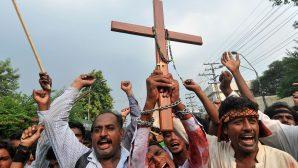 Kiliseye Giderken 25 Kişinin Saldırısına Uğradılar