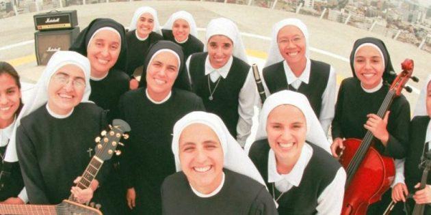 Rahibelerin Rock Grubu İlgi Çekiyor