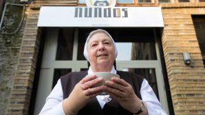 Rahibeler Ücretsiz Bir Restoran Açtı, Tek Şartları: Telefon Yok!
