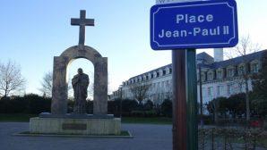 Papa II. Jean Paul'un Heykelindeki Haç, 'Laikliğe Aykırı Olduğu' Gerekçesiyle Kaldırılıyor