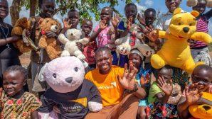 Uganda'daki Mülteci Çocuklar İçin 700 Oyuncak Ayı Geldi
