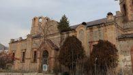 Ortodoks Kilisesi'nin Çatısında Çam Ağacı Çıktı