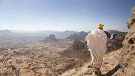 Her gün 250 Metrelik Uçurumun Dibinden Kiliseye Tırmanıyor!