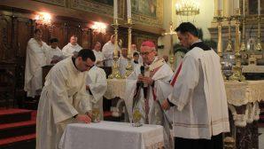 İzmir'de Rahipler Yeminlerini Tazeledi, Yağların Kutsama Ayini Yapıldı