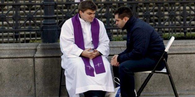 """Polonya'da Birçok Rahip """"İnançsızlar İçin Nöbet"""" Görevlerine Başladı"""
