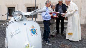 Motosiklet Severlerden Papa Françesko'ya Vespa