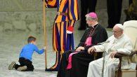 Papa'nın Konuşması Sırasında Sahneye Fırlayan Çocuk Tüm İlgiyi Üzerine Çekti