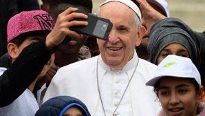 Papa Françesko Sığınmacı Çocukları Aracına Aldı