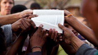 Kutsal Kitap Yaklaşık 700 Dile Çevrildi