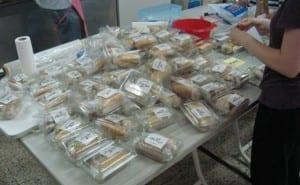 Kutsal Kİtap Bilgilendirme Derneği üyeleri iftar saatinde çalışmak zorunda olanları da düşünerek onlar için sandviç hazırladı.
