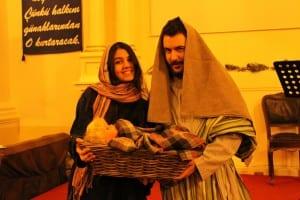 Her şeyden önce girişe dikkat edin, kapıda Yusuf ve Meryem(İsa'nın annesi ve babası) her an sizi karşılayabilir. Kilisenin gençleri dönemin giyim tarzı ve sıcak bir karşılamayla sizleri bekliyor olacak. Yapılmış ve yapılacak olan programın broşürlerini aldıktan sonra bahçede lezzetli servislerden tadabilir ve kilise üyeleriyle sohbet etme imkânını değerlendirebilirsiniz.