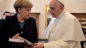 Papa'dan Almanya Başbakanı Merkel'e yoksulları hatırlatan anlamlı hediye