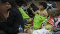 Sırbistan'da rahipler mültecilere yardım dağıtımına katıldı