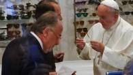 Papa gözlükçüye kendi gidince gündem oldu