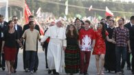 Papa, gençleri terör olaylarına tepkisiz kaldıkları için kınadı