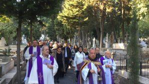 Latin Katolik Cemaati Ölüleri Anma Günü için Mezarlıkta Bir Törende Buluştu