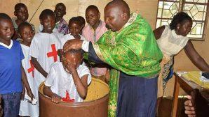 Kenya'daki Yetimhanede 35 Çocuk Vaftiz Edildi