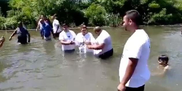 Bulgaristan'da 67 Kişi Vaftiz Oldu