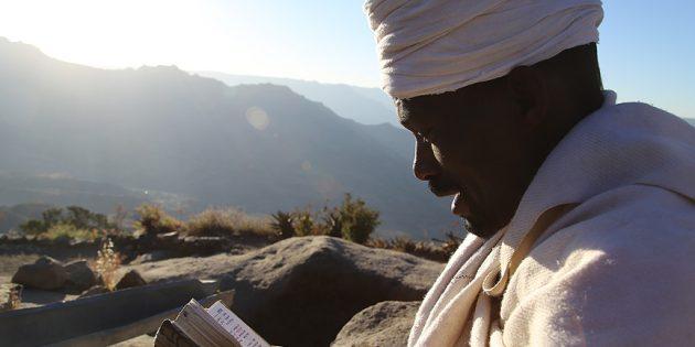 Manastıra Ulaşabilmek İçin 3 Bin 100 Metre Yüksekliğe Tırmanıyorlar