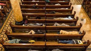 Kilise, Evsizlerin Her Gece İçerde Uyumalarına İzin Veriyor