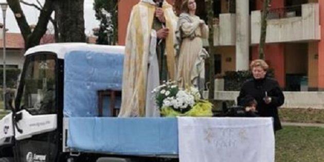 İtalyan Rahip Karantinadaki Halk için Sokakta Dua Ediyor