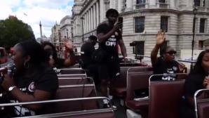 Otobüsle Londra Sokaklarında Rab'be Övgüler Sunuldu