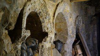 İnternete Satılık Kilise: Din Adamlarının Mezarlarıyla Birlikte Satılıyor